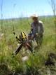 Rafael Espinosa. En primer plano se aprecia una araña y al fondo el usuario capturando información de campo del inventario de infraestructura hidroagrícola